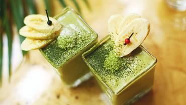 Groene smoothie met verse spinazie en banaan