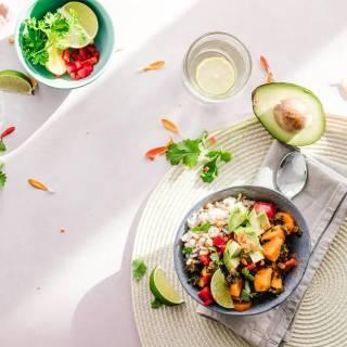 De termen 'zoutarm dieet' en 'natriumarm dieet' worden vaak door elkaar gehaald. Ondanks dat beide diëten in de praktijk vrijwel hetzelfde zijn, zitten er toch een aantal verschillen tussen. Waarin verschillen deze diëten van elkaar? Op ons blog lees je hier alles over (link in bio). 🤩 #gezonderecepten #gezondeten #zoutarm #dieet #zoutarmdieet #recepten
