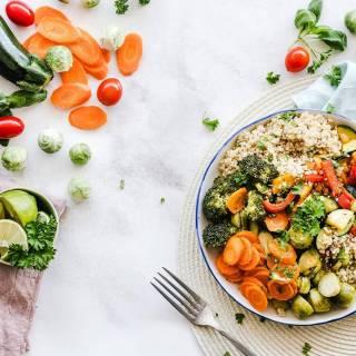 Zout wordt in veel gerechten en voedingsmiddelen gebruikt als smaakmaker. Daarom wordt vaak gedacht dat zoutarm eten smakeloos is. Een zoutarm dieet hoeft echter helemaal niet zouteloos te zijn. 😊 Je zal eerst even moeten wennen aan de verminderde smaak, maar uiteindelijk merk je hier niets meer van. Ook zijn er verschillende manieren om bewust zoutarm én lekker te eten. Check voor de hele blog de link in bio. 🤩 #gezonderecepten #gezondeten #gezondafvallen #zoutarm